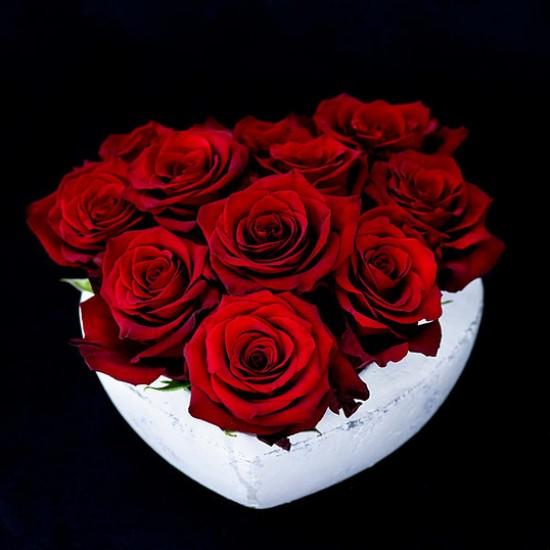 Aranjament Stone Heart cu 11 trandafiri rosii